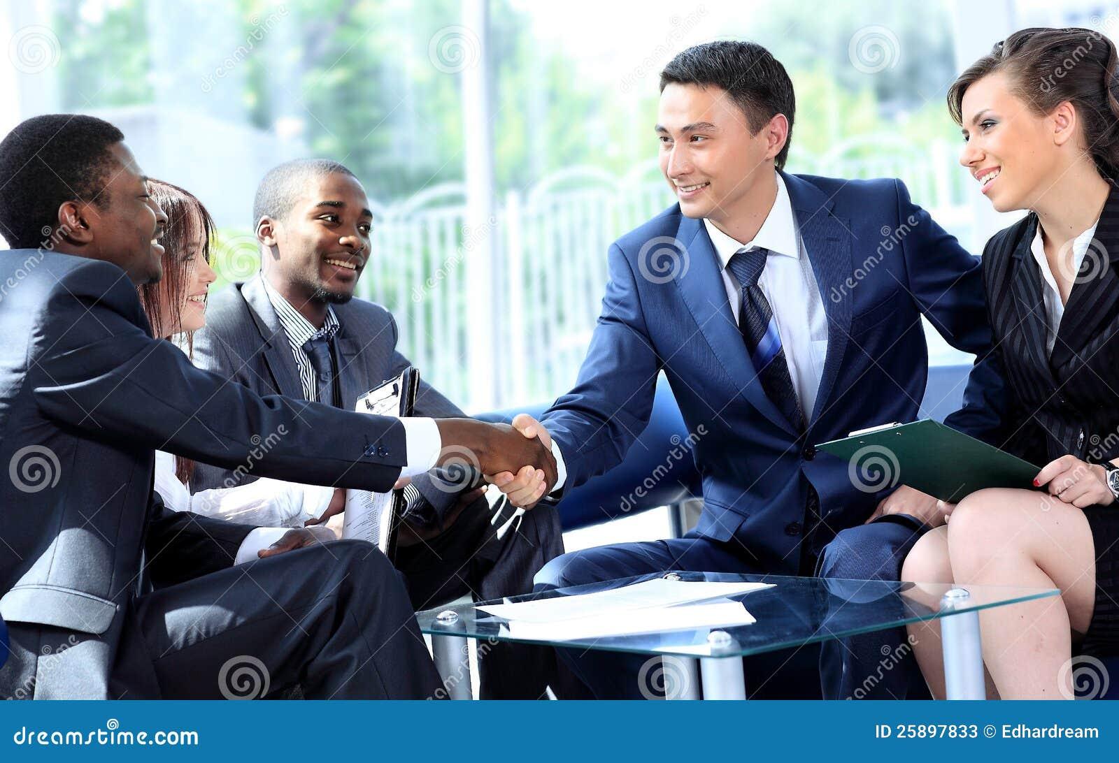 Twee het bedrijfsmens schudden handen