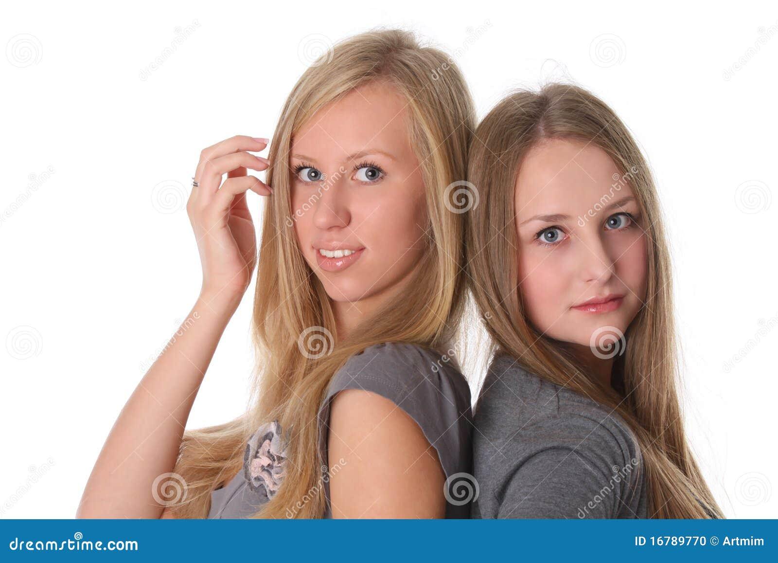 Twee het jonge vrouwelijke vrienden glimlachen