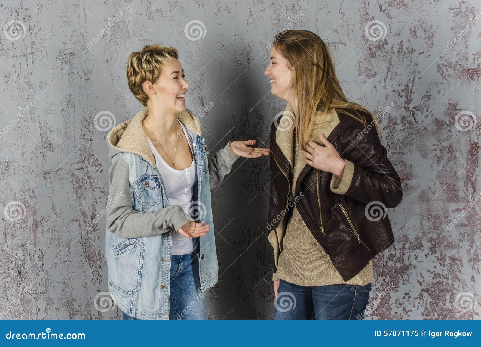 Twee het jonge vrouwenvrienden spreken