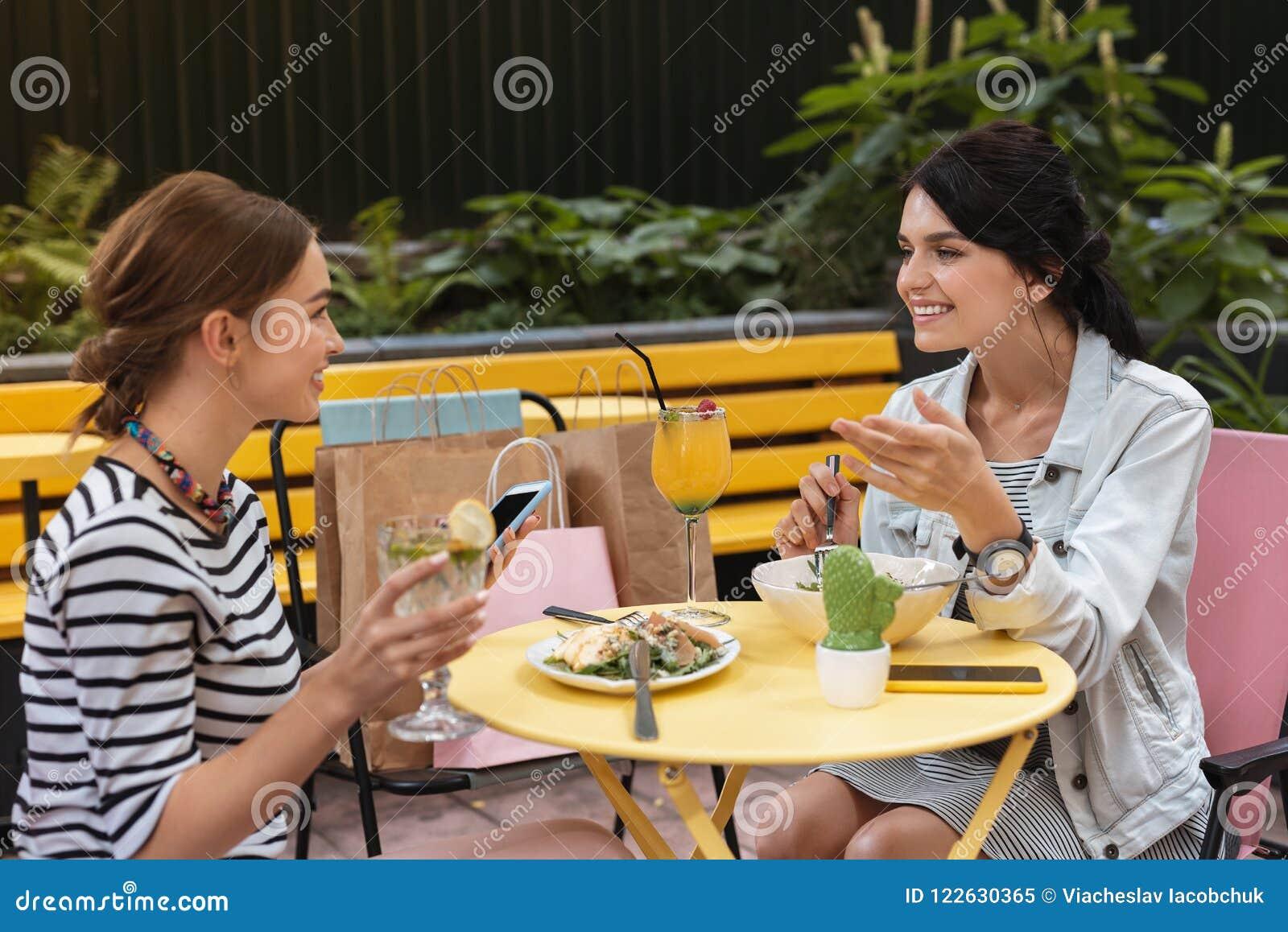 Twee het mooie vrienden verlicht voelen terwijl het genieten van van mededeling
