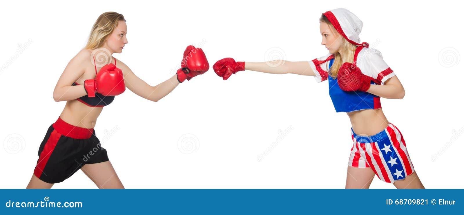 Twee het vrouwelijke boksers vechten geïsoleerd op wit