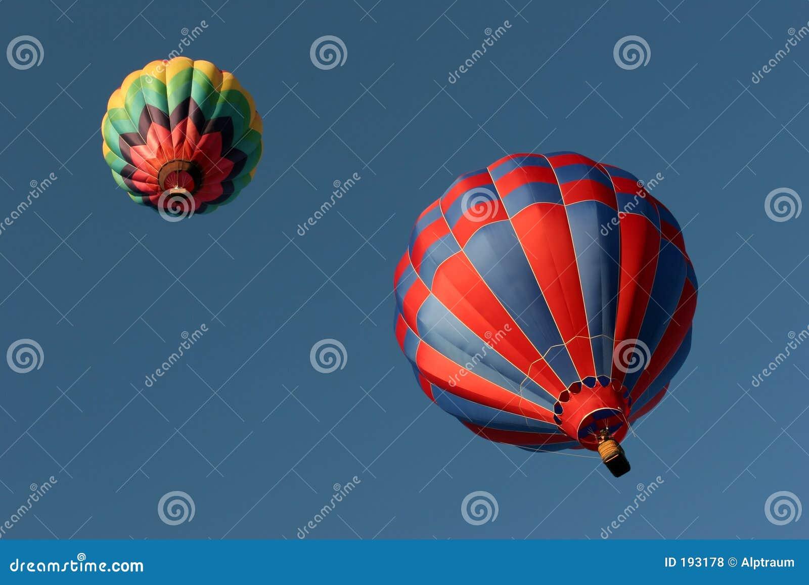 Twee hete luchtballons van onderaan