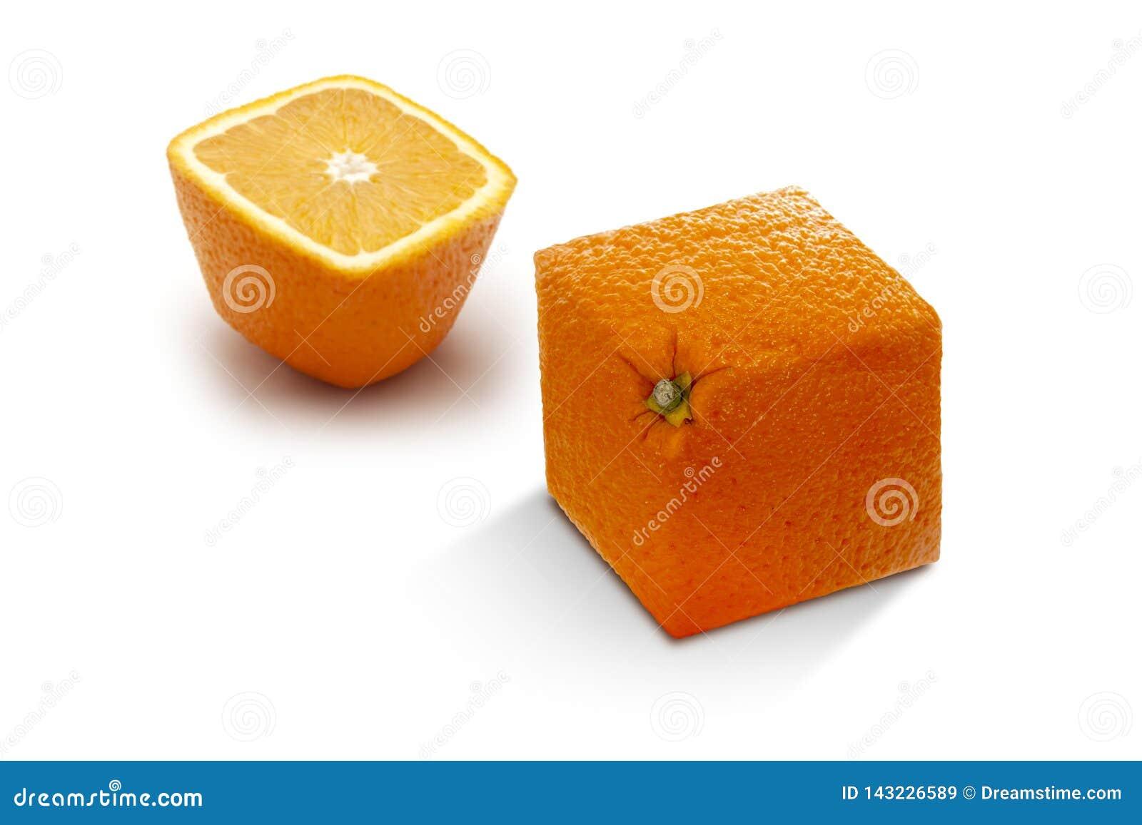 Twee hoekige rijpe sinaasappelen op een witte achtergrond