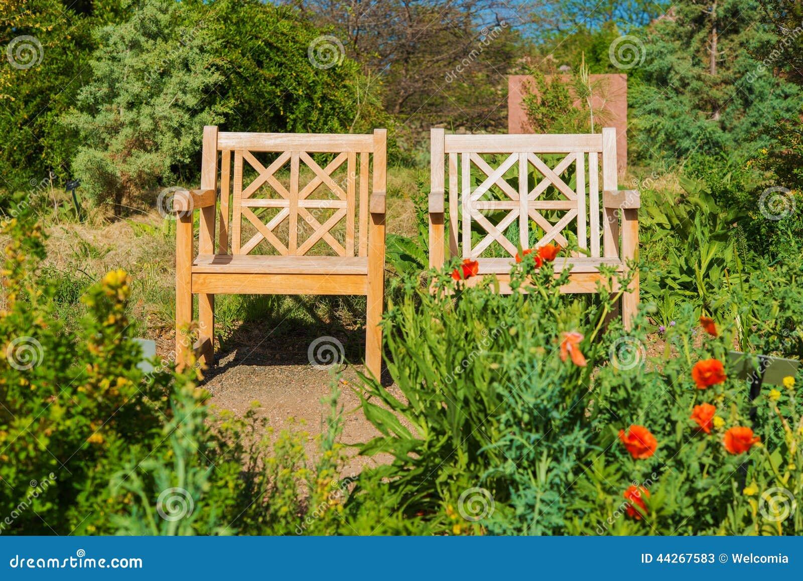 Twee Houten Tuinstoelen Stock Foto   Afbeelding  44267583