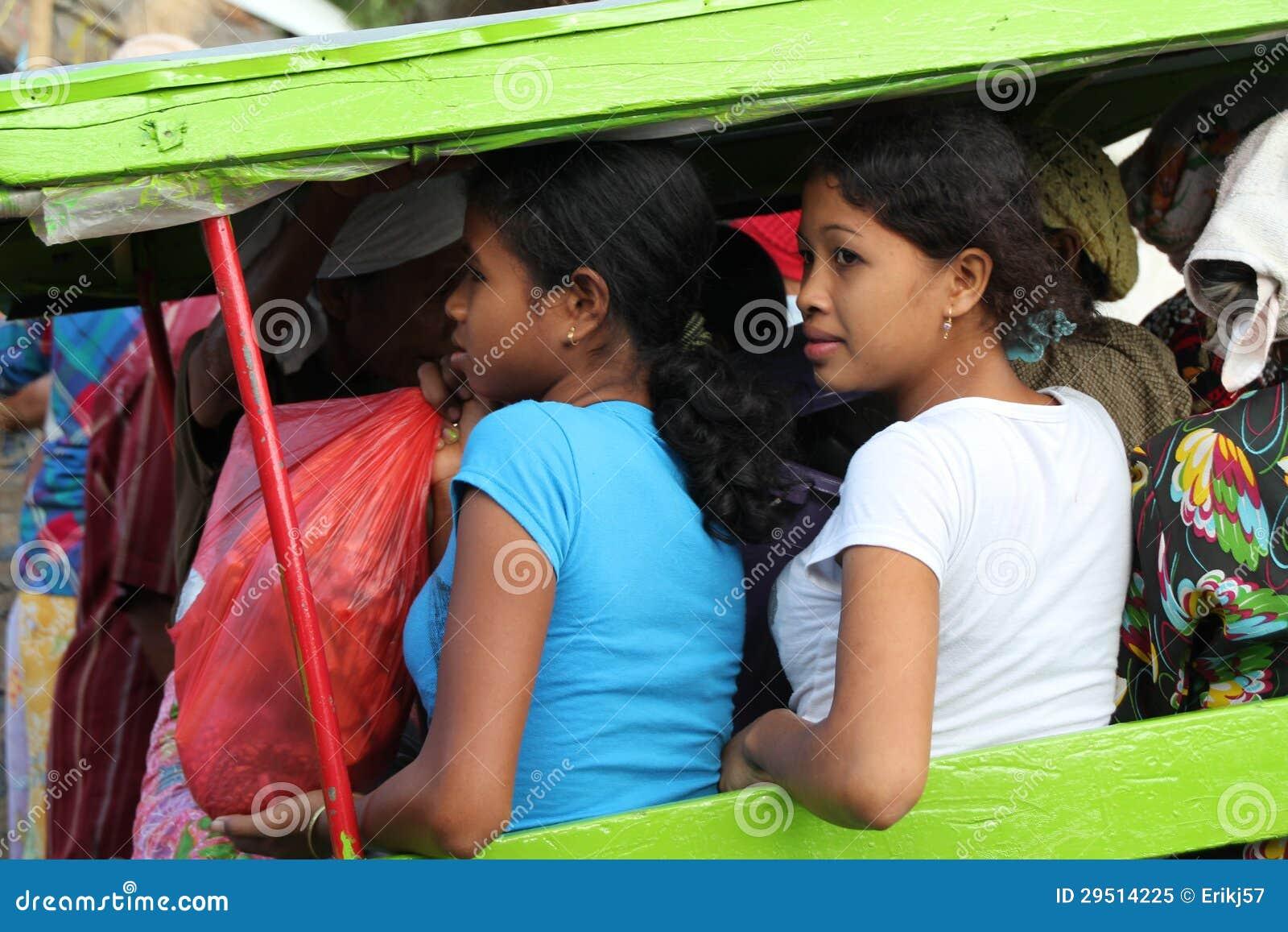 Twee Indonesische Vrouwen die Lokale Vervoer door Charriot in Kuta L gebruiken