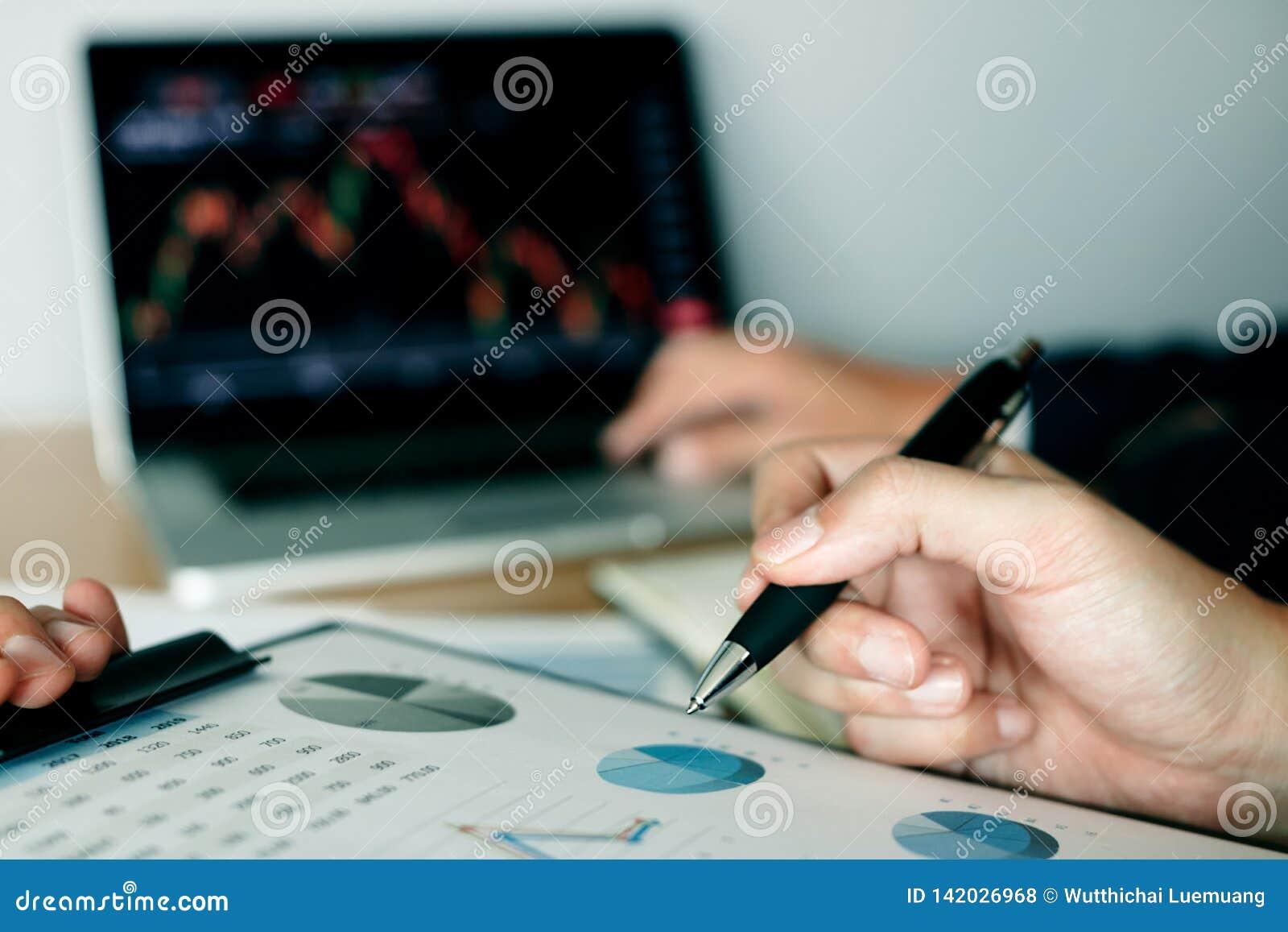 Twee investeerders werken en nemen nota van de voorraadprijs samen om met andere voorraden vergelijkbaar te zijn
