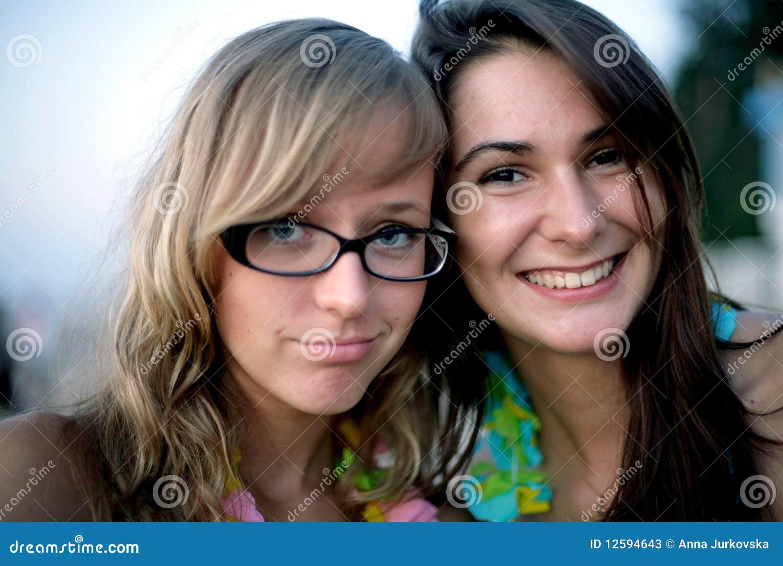 Twee jong het glimlachen meisjesportret