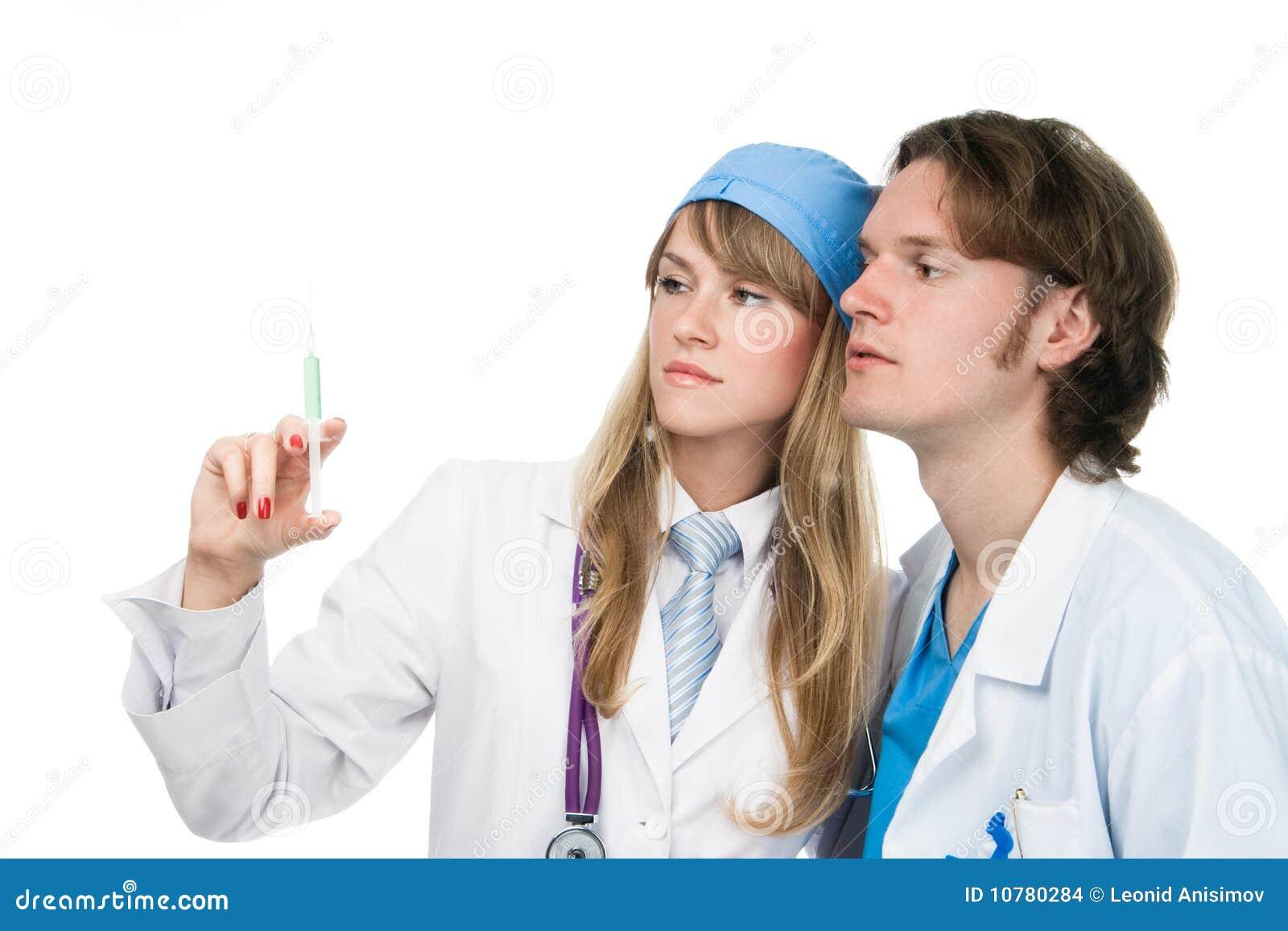 Twee jonge dokters bekijken spuit