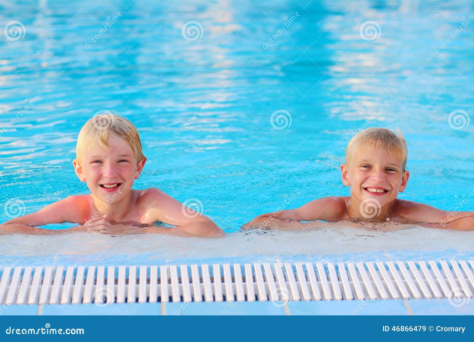 Twee Jonge Geitjes Die Pret In De Zomer Zwembad Hebben Stock Afbeelding Afbeelding Bestaande