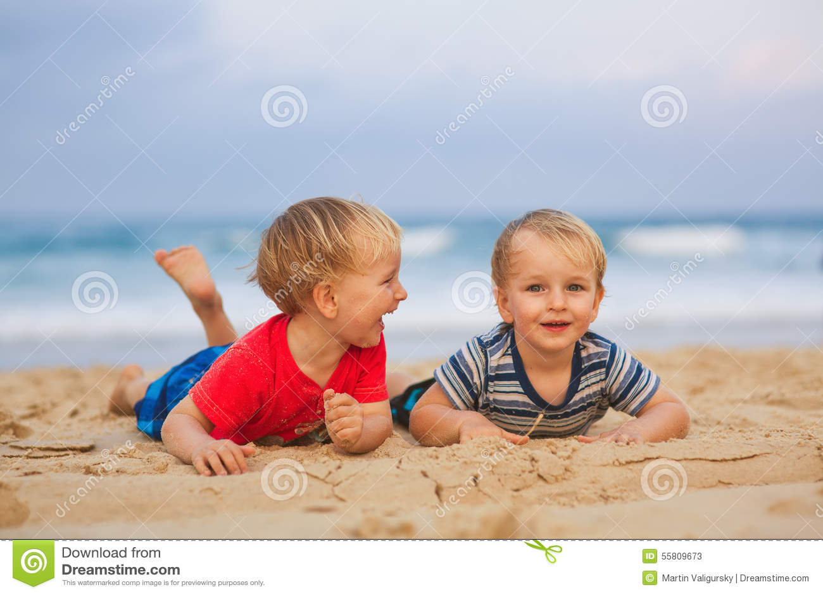 Twee jonge jongens die pret op een strand hebben het gelukkige vrienden lachen stock foto - Twee meisjes en een jongen ...