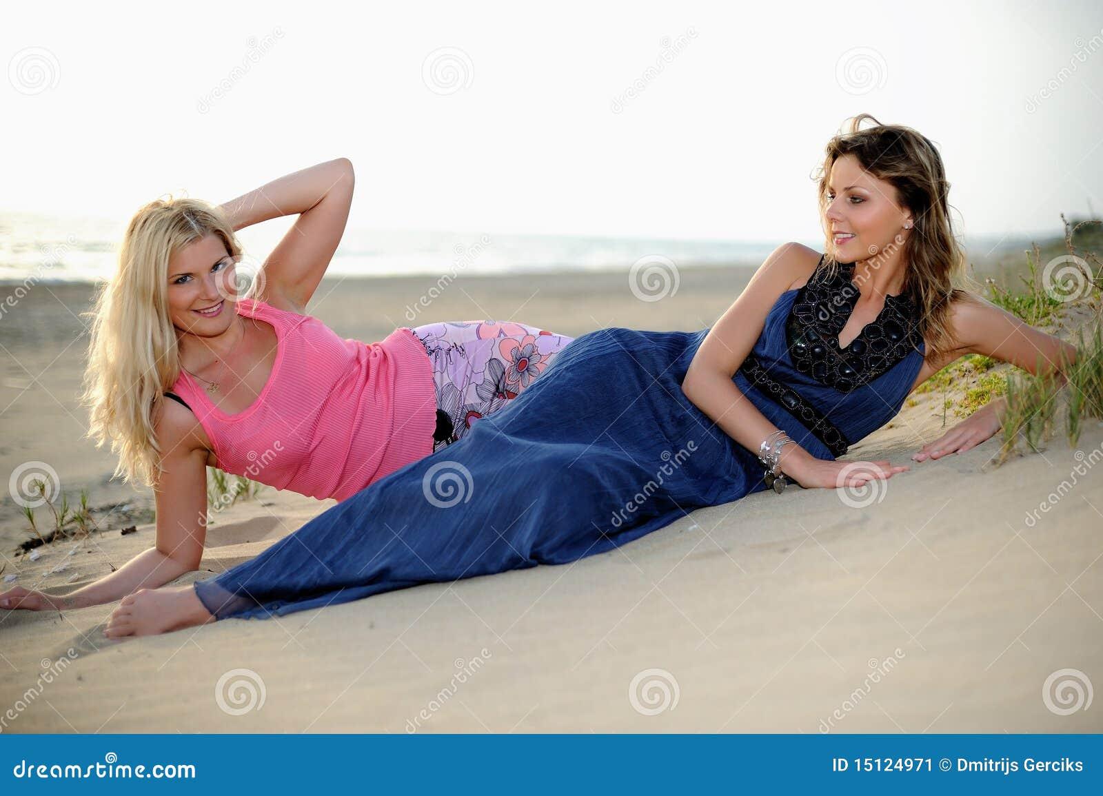 Twee Naakte Vrouwen Die Op Het Strand Zonnebaden Stock