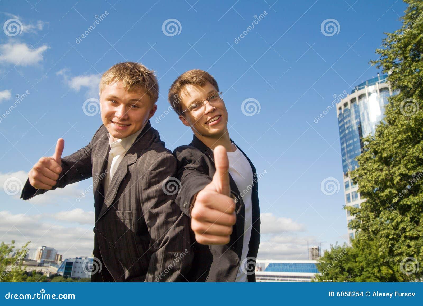 Twee jonge zakenlieden