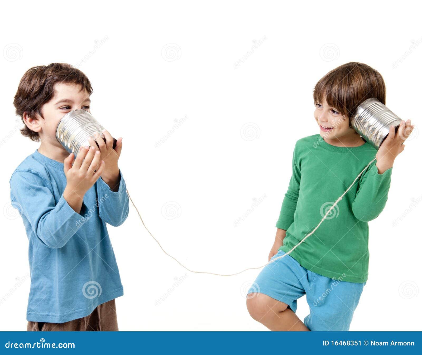 Twee jongens die op een tinblik spreken telefoneren stock afbeelding afbeelding 16468351 - Twee meisjes en een jongen ...