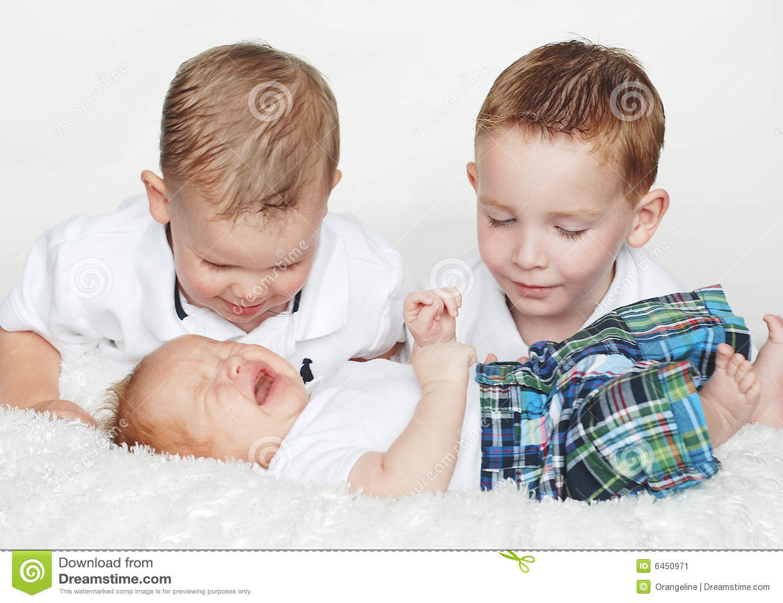 Twee Jongens letten op de Schreeuw van de Baby