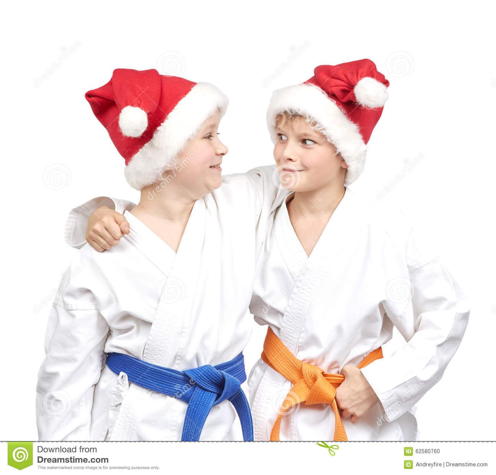Twee jongens omhelzen in een kimono en het dragen van kerstmanhoed stock foto afbeelding 62580760 - Twee meisjes en een jongen ...