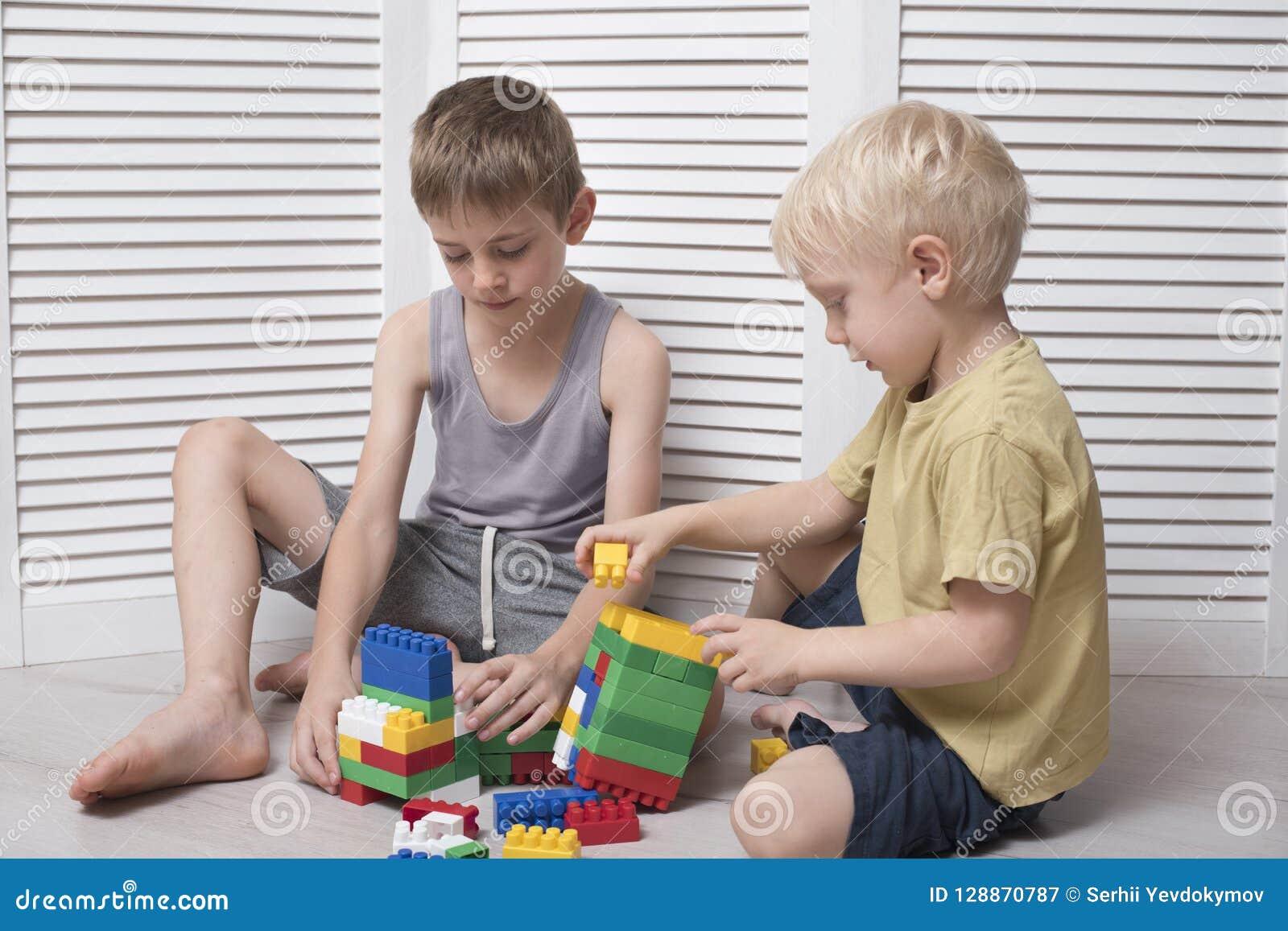 Twee jongens spelen een ontwerper Mededeling en vriendschap