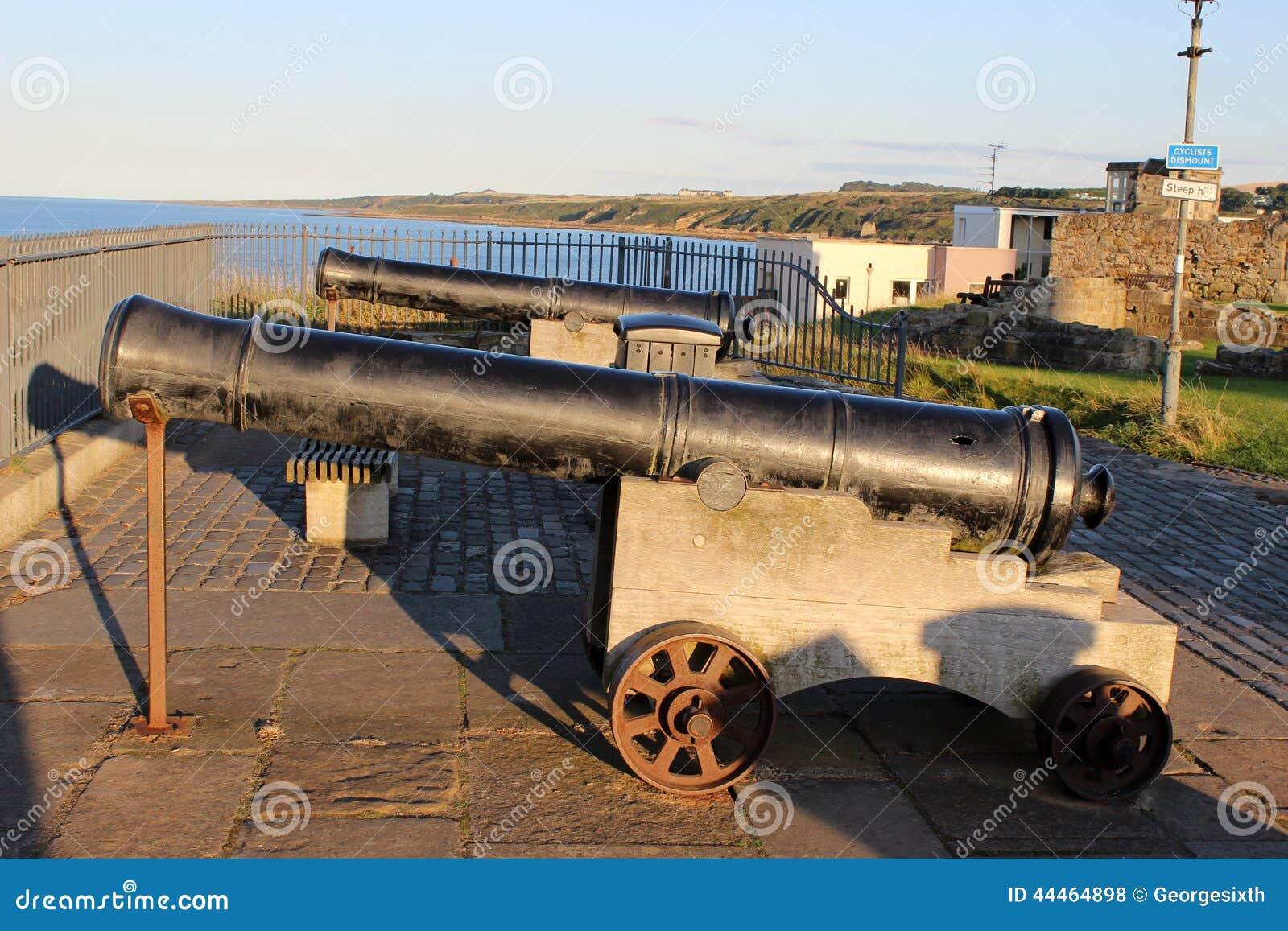 Twee kanonnen die uit aan St Andrews Bay, Fife onder ogen zien