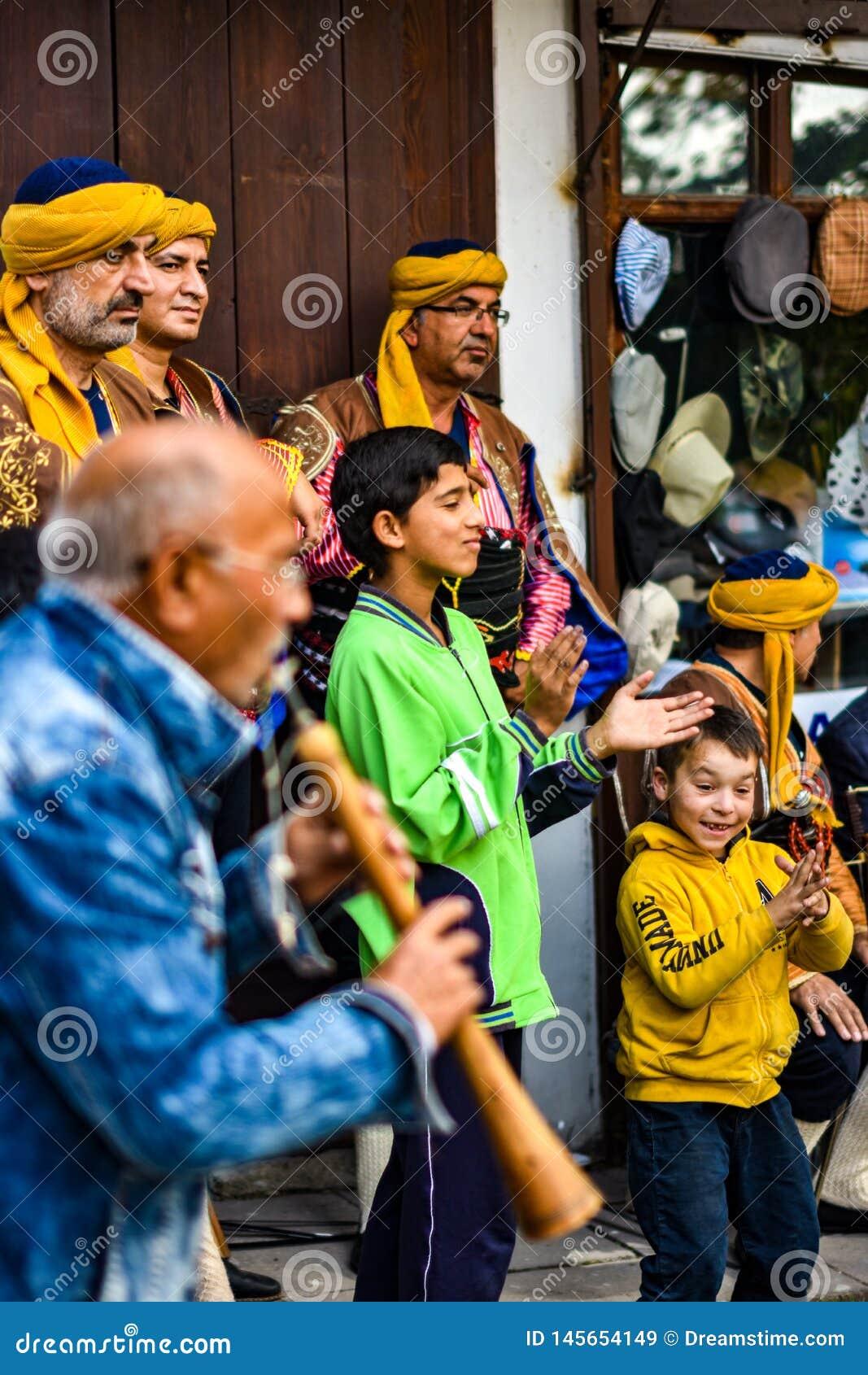 Twee kinderen juicht op een Segmen-folkleur toe