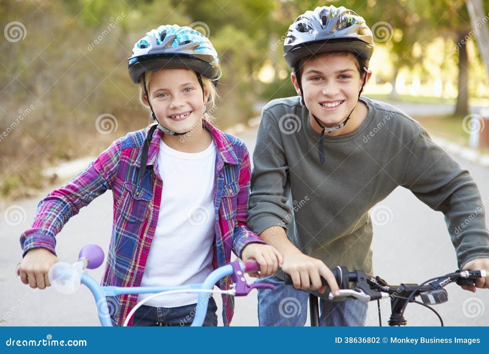 Twee Kinderen op Cyclus berijden in Platteland