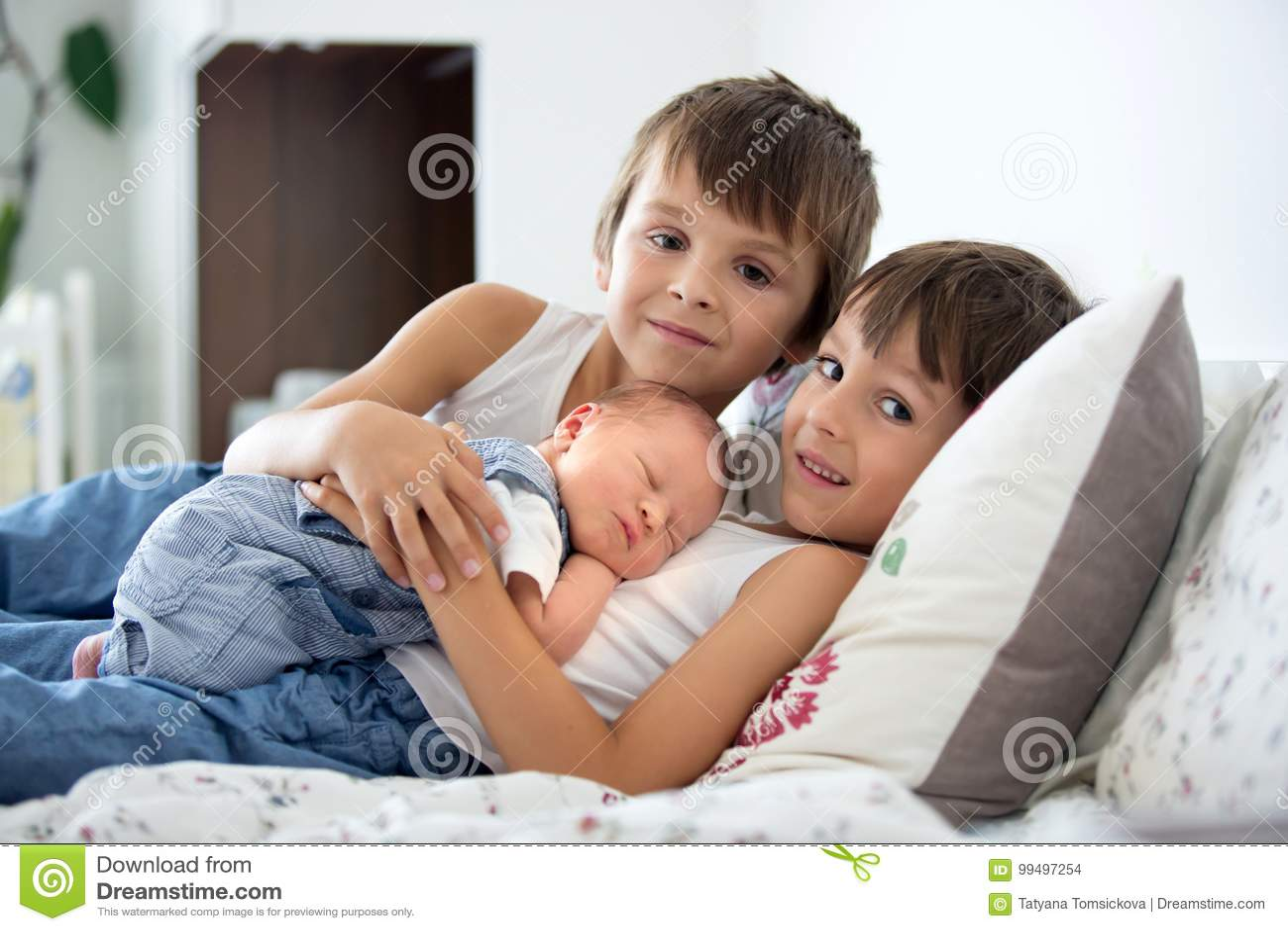 Kussen Voor Kinderen : Twee kinderen peuter en zijn grote broer het koesteren en het