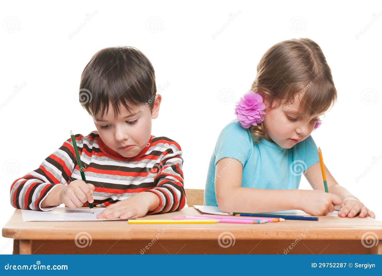 Twee kinderen schrijven bij het bureau royalty vrije stock fotografie afbeelding 29752287 - Bureau kinderen ...