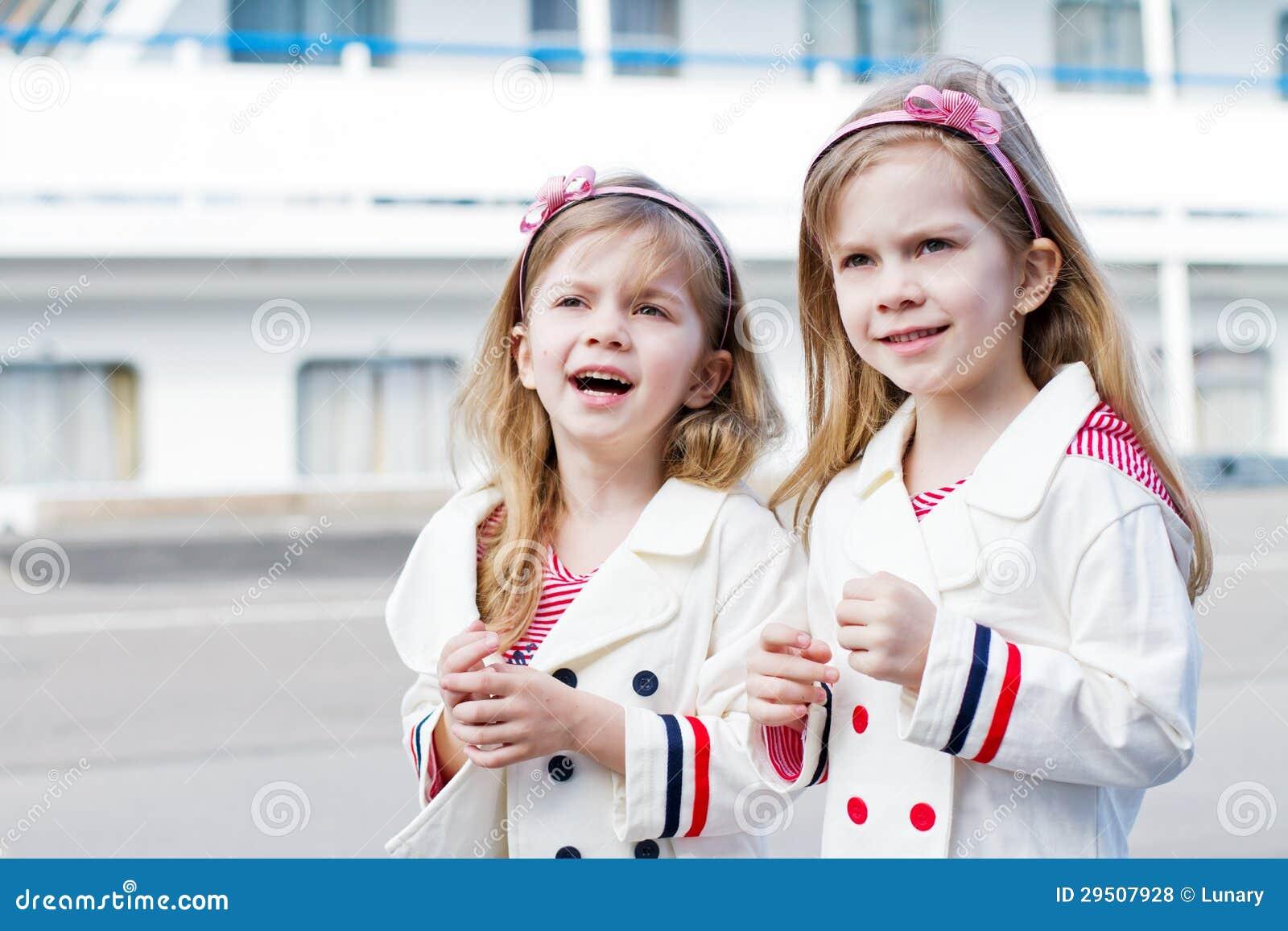 Twee kleine gelukkige meisjes in haven