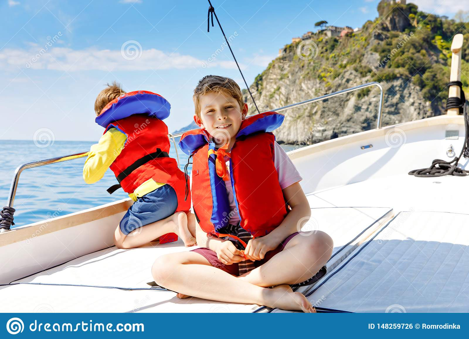 Twee kleine jong geitjejongens, het beste vrienden genieten die rondvaart varen Familievakanties op oceaan of overzees op zonnige