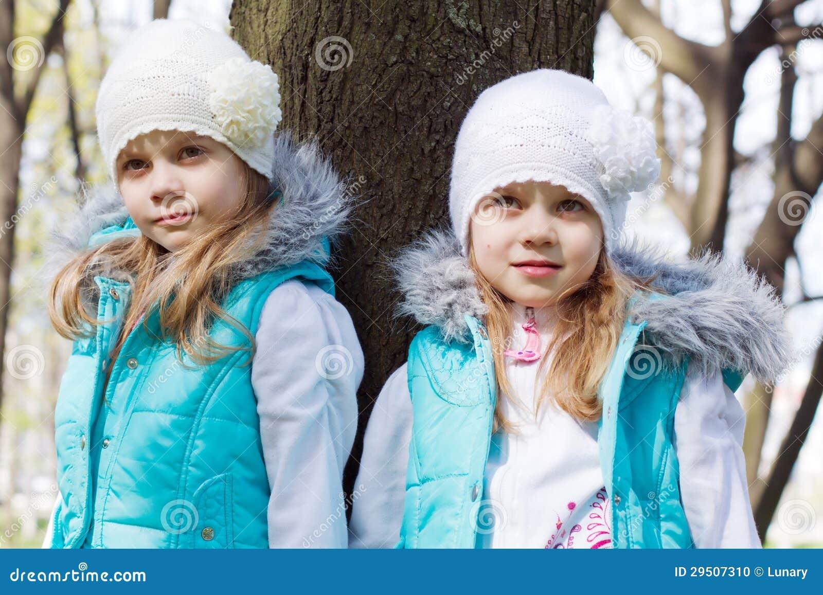 Twee kleine zusters in park