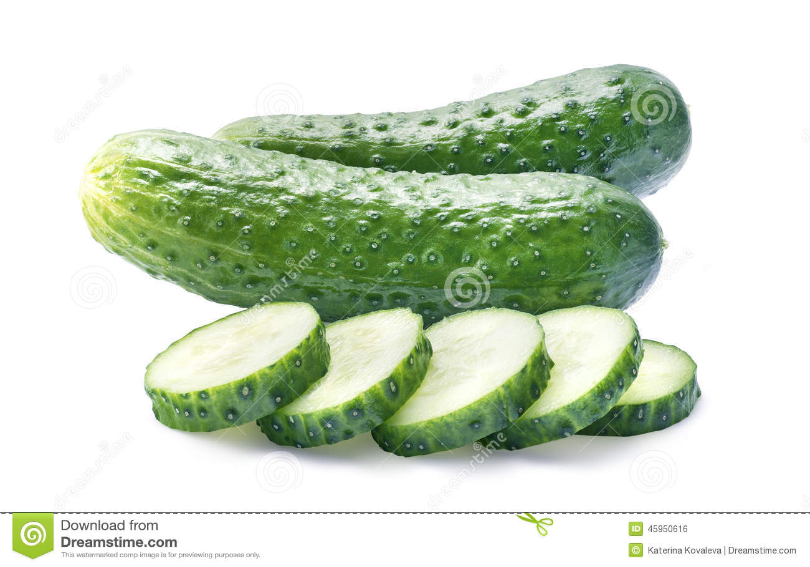 Twee komkommers en stukken op wit