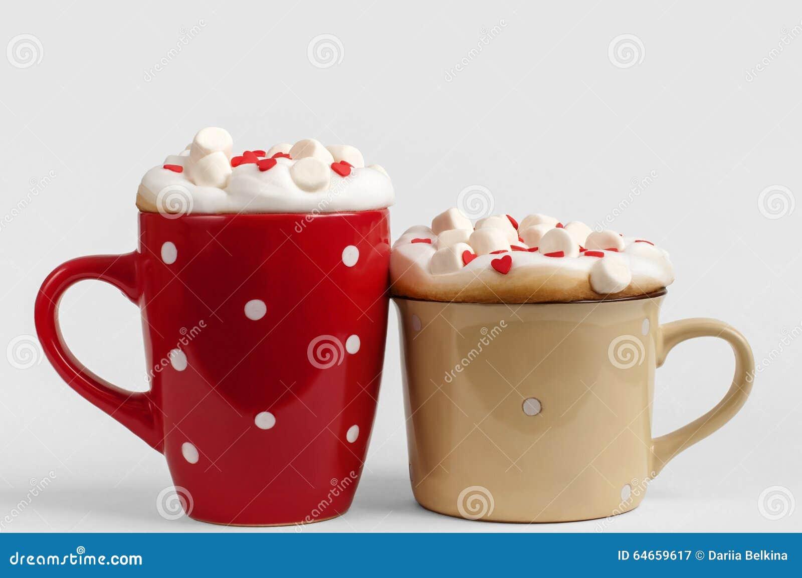 Twee koppen van cappuccino met heemst en suikerharten