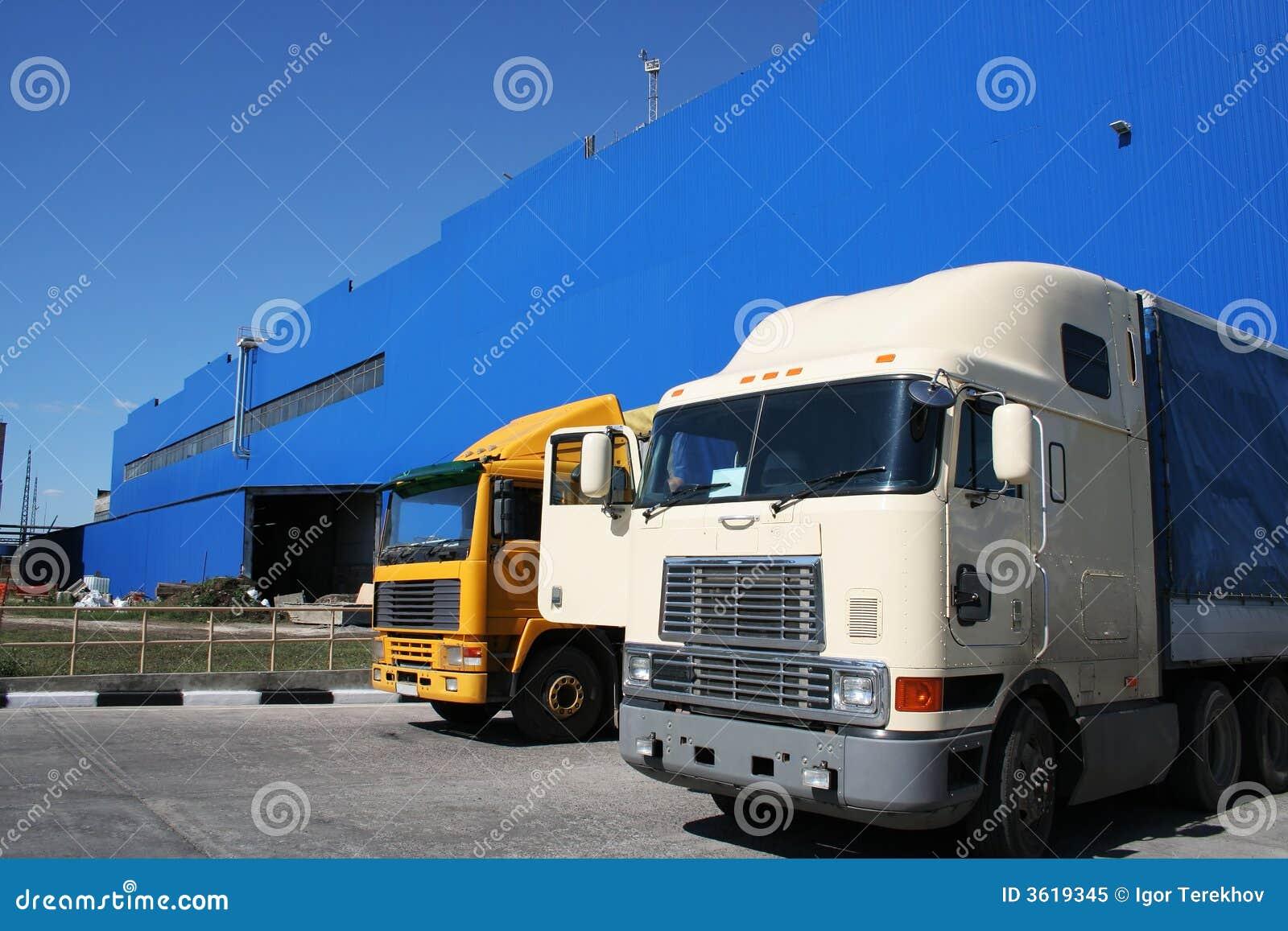 Twee krachtige vrachtwagens