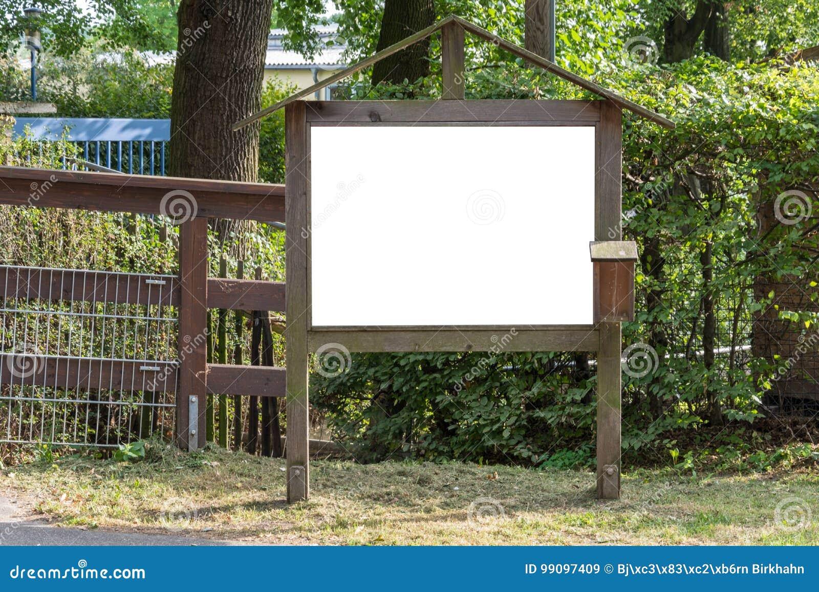 Twee leeg advertentie ruimteteken op houten tribune in het park