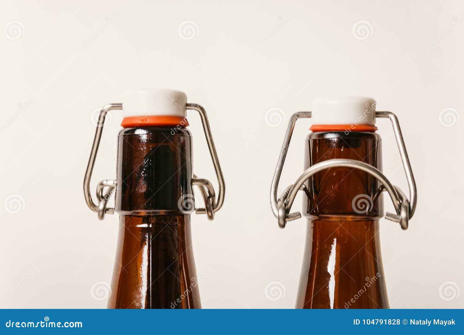 Twee lege Bruine flessen met deksels