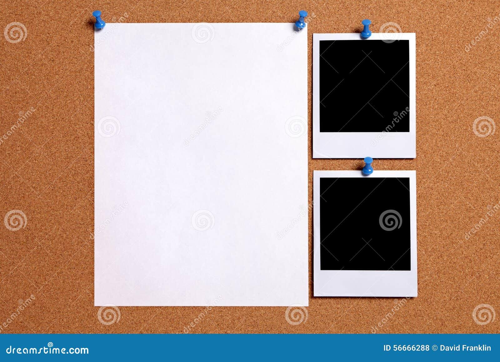 Twee lege die de fotokaders van de polaroidstijl met document affiche aan cork wordt gespeld merken raad, exemplaarruimte op