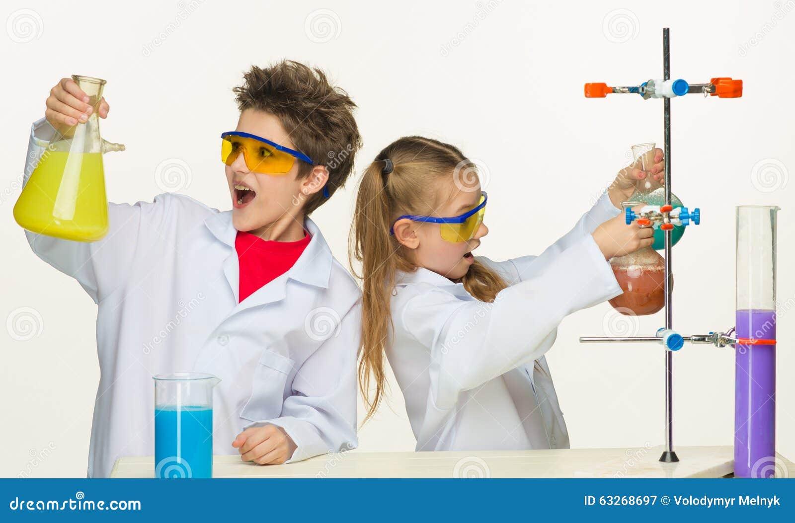Twee leuke kinderen bij chemieles het maken