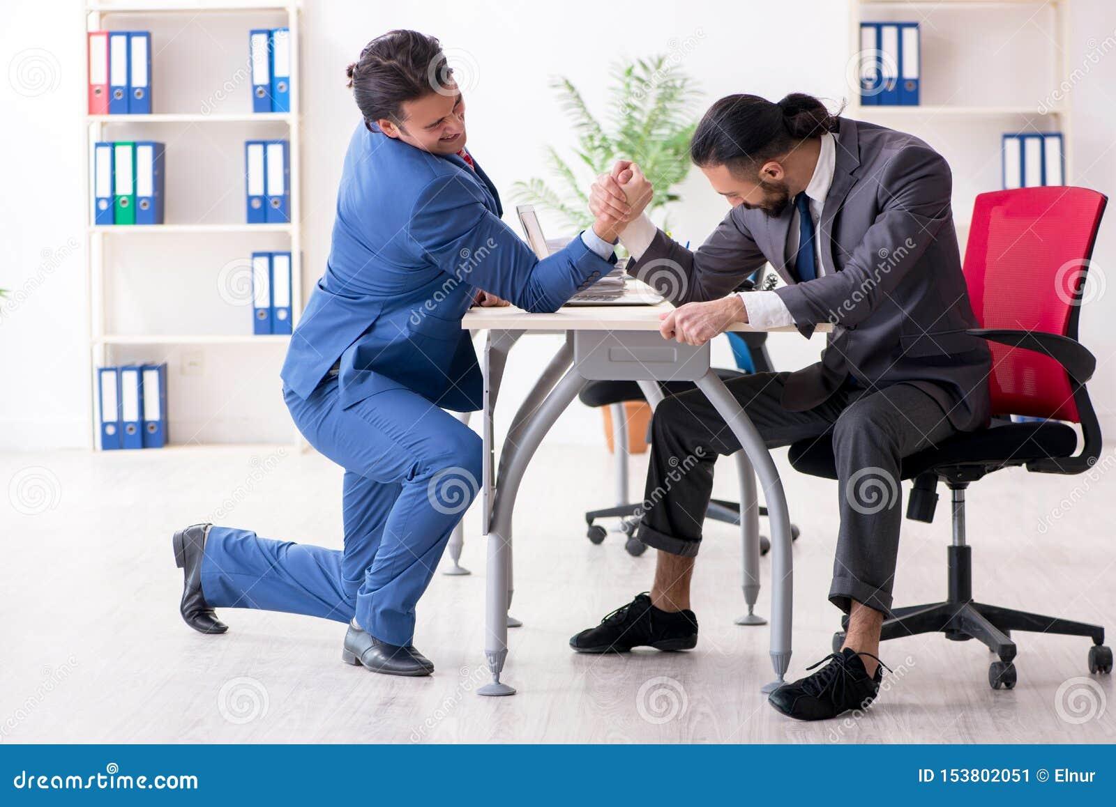 Twee mannelijke collega s in het bureau