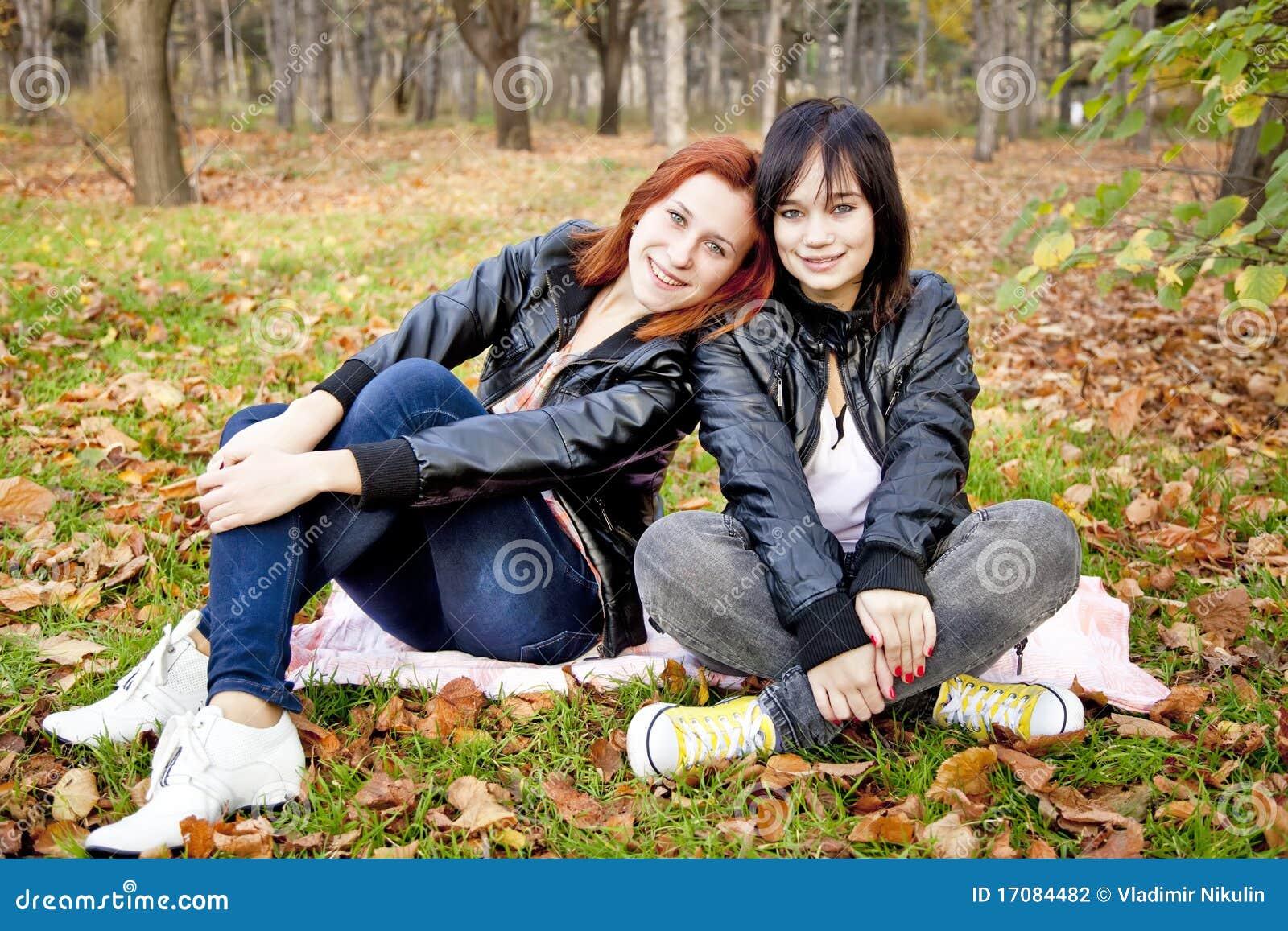 Twee meisjes bij de herfst parkeren.