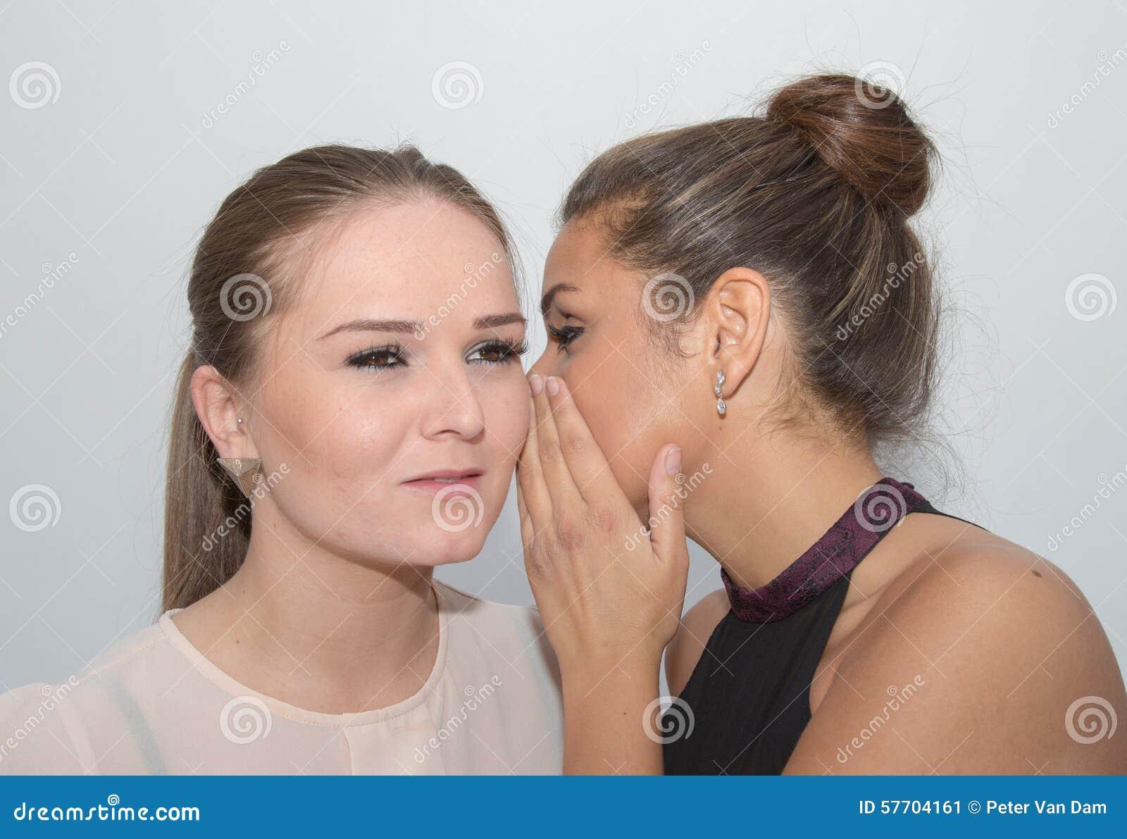 Twee meisjes die een geheim delen