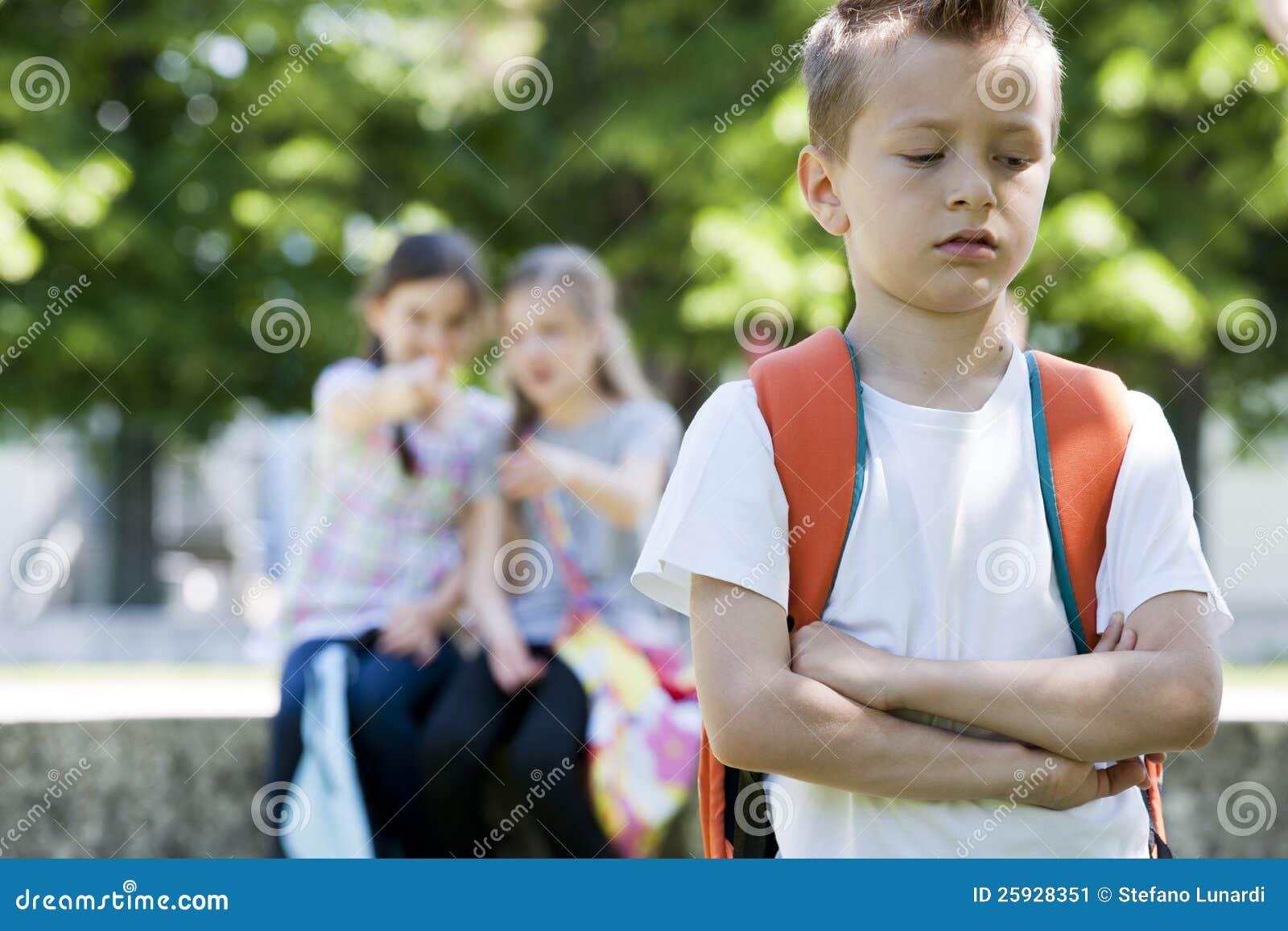 Twee meisjes die een jongen bespotten stock afbeelding afbeelding 25928351 - Twee meisjes en een jongen ...