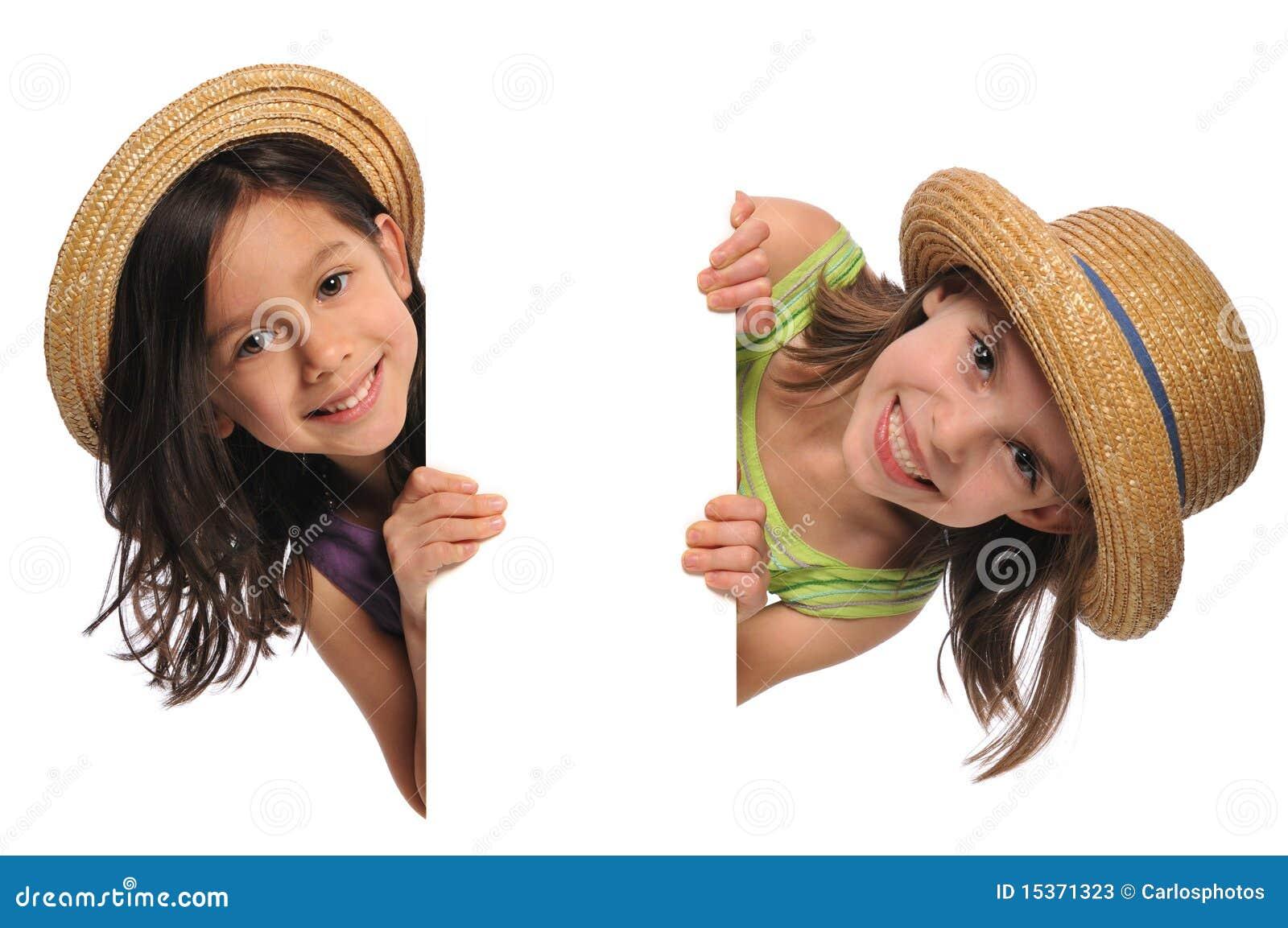 Twee Meisjes die een teken houden