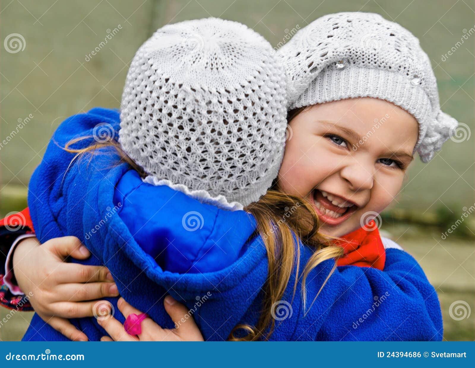 buiten 2 meisjes vingeren elkaar