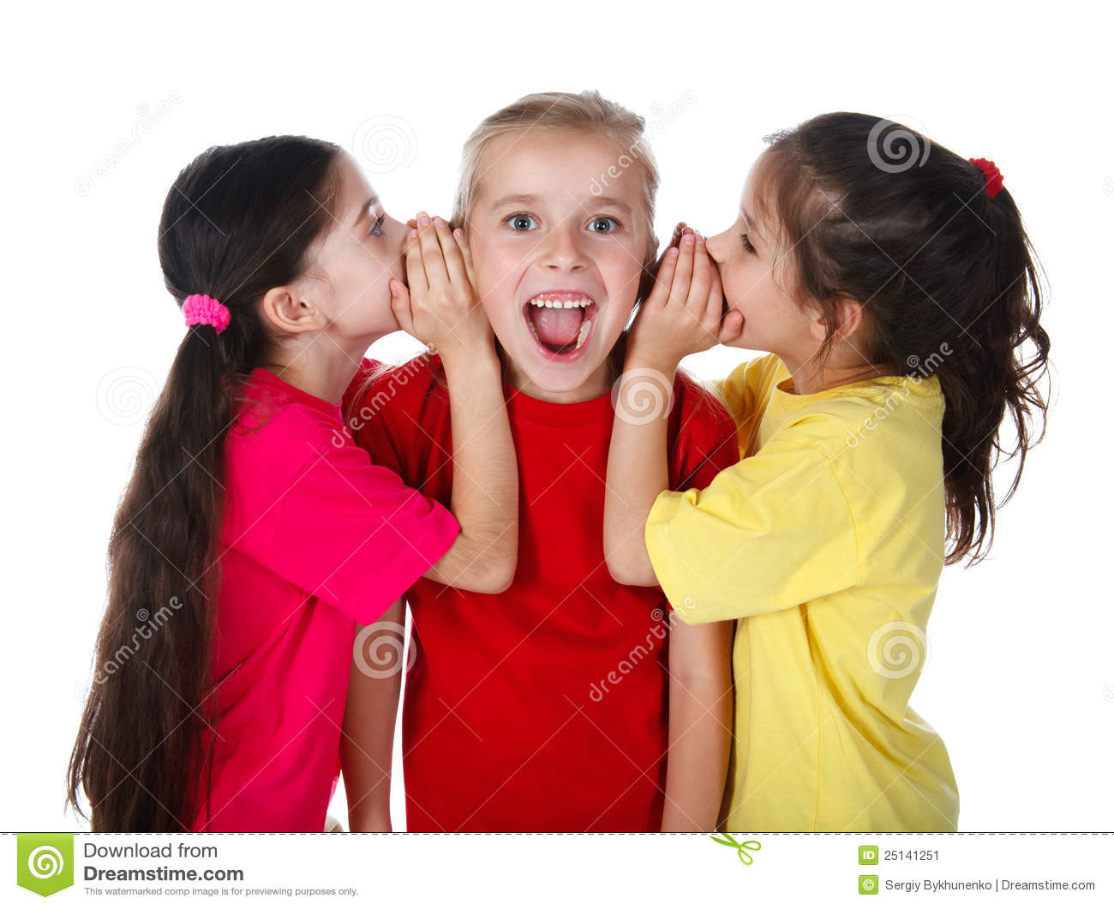 Twee meisjes die iets fluisteren aan derde meisje