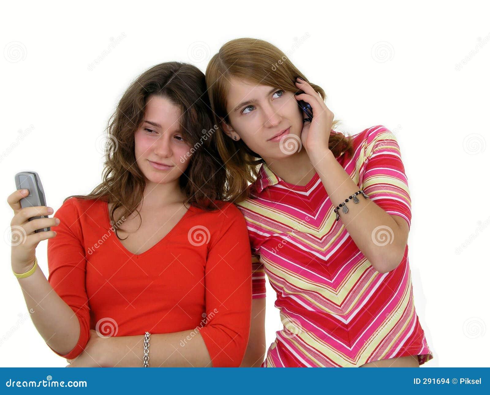 Twee meisjes die mobiele telefoons met behulp van