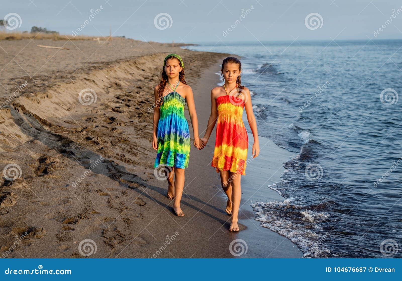 Twee Jonge Meisjesvrienden Die Op Het Strand Ontspannen