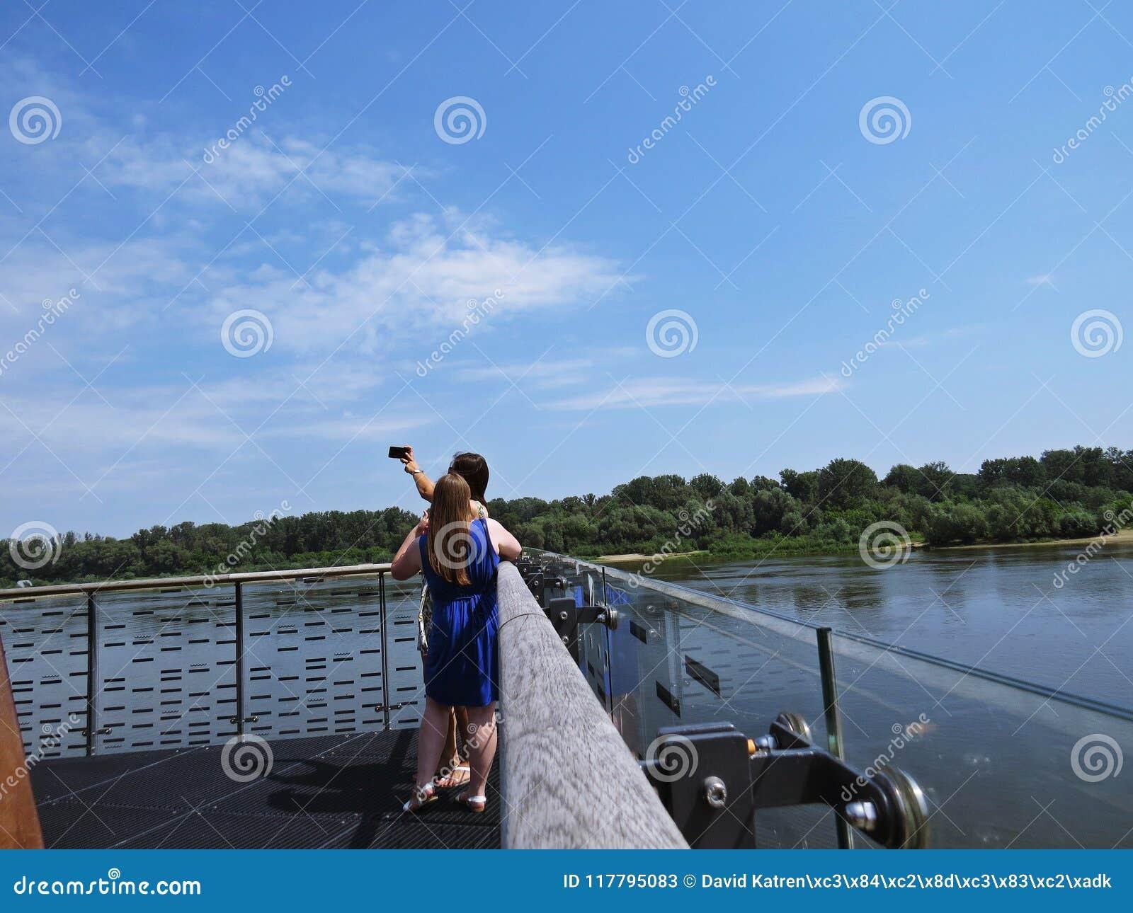 Twee Meisjes die Selfie-Beeld schieten terwijl Status op een het Bekijken Platform over Vistula-Rivier in Warshau, Polen