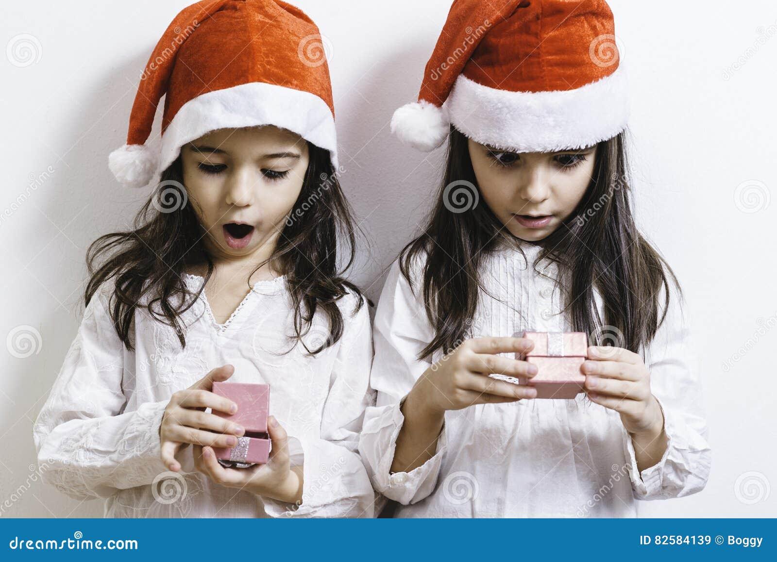 Twee meisjes die voor Kerstmis en Nieuwjaarvakantie stellen