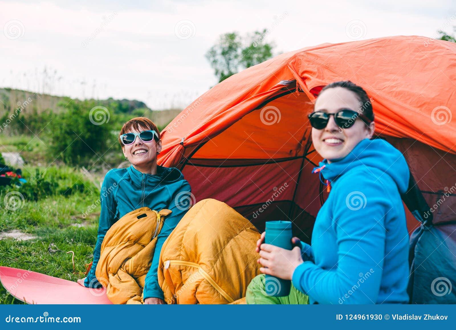 Twee meisjes in een tent