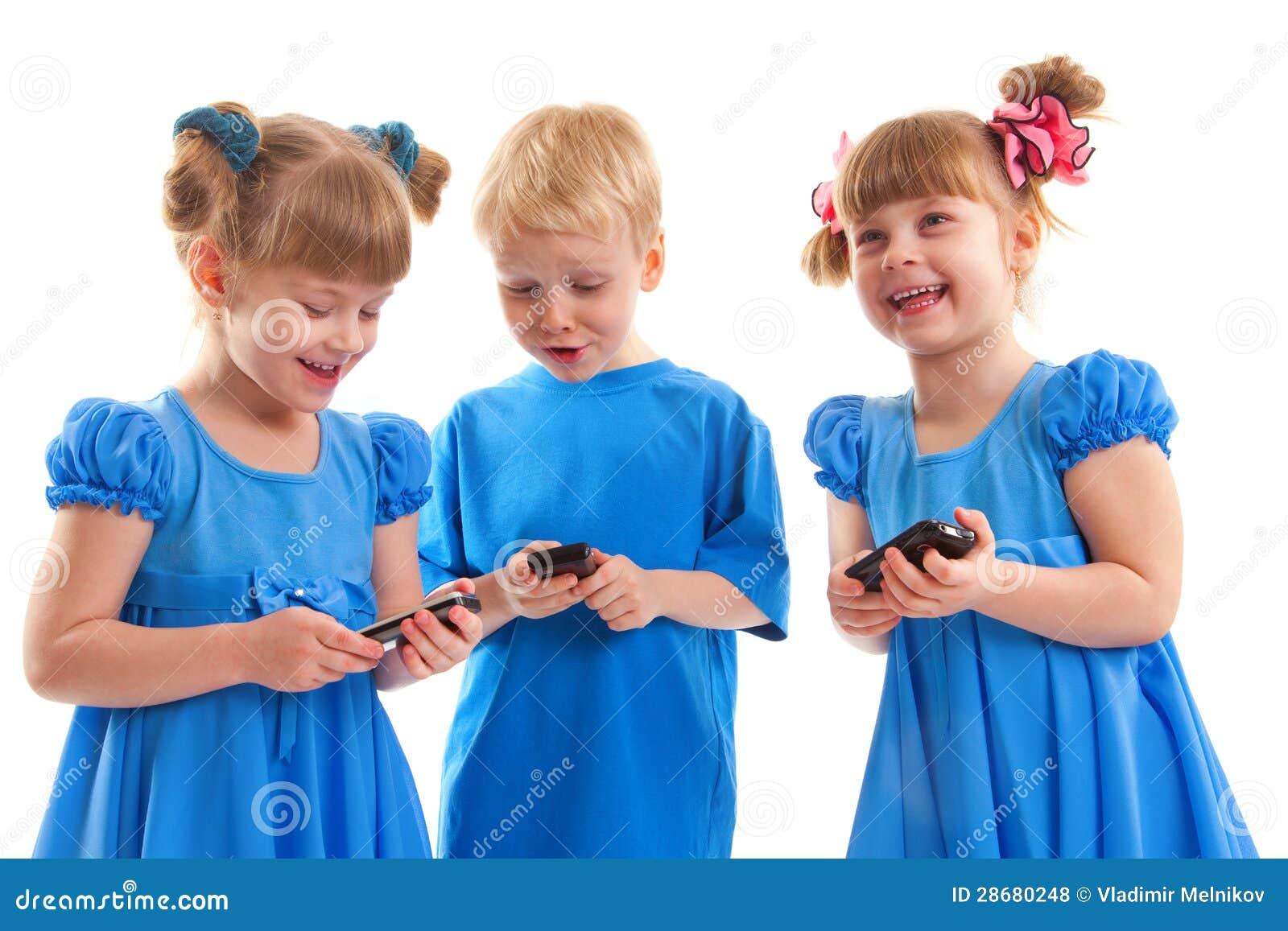 Twee meisjes en een jongen met hun celtelefoons royalty vrije stock foto 39 s afbeelding 28680248 - Twee meisjes en een jongen ...