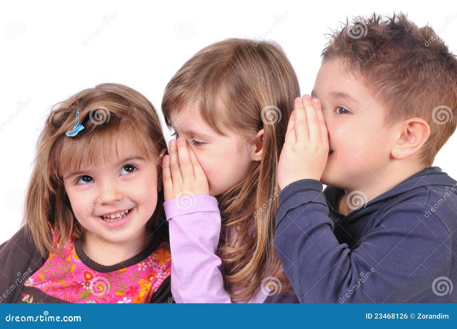 Twee meisjes en jongen het roddelen royalty vrije stock afbeelding afbeelding 23468126 - Twee meisjes en een jongen ...