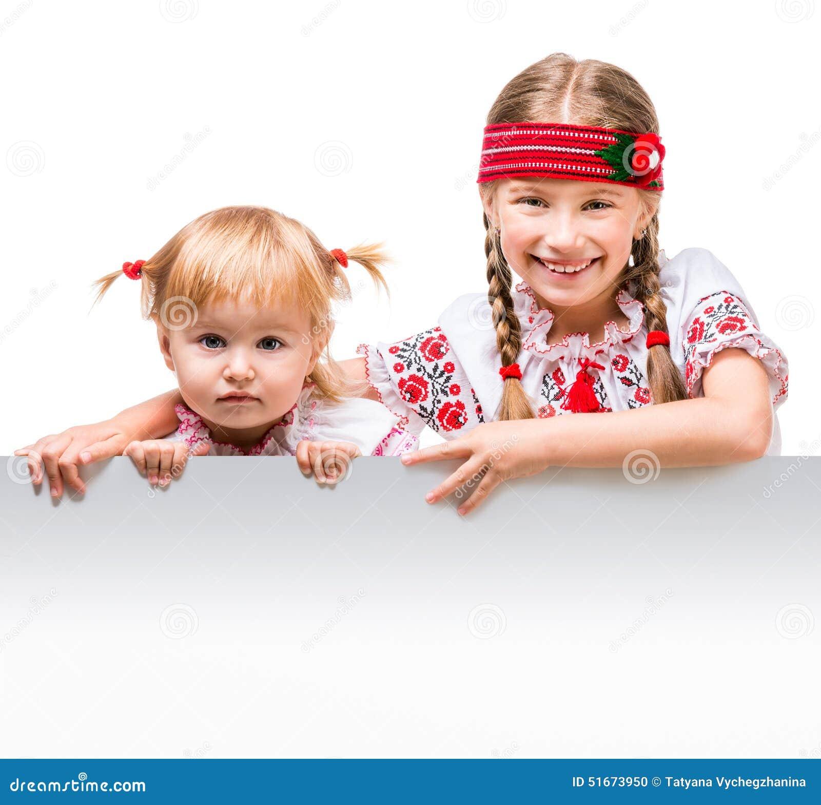 Twee meisjes in het Oekraïense nationale kostuum